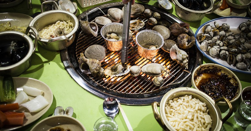 Jogae gui, Korean-style grilled shellfish | © Mr. Kototo / Flickr