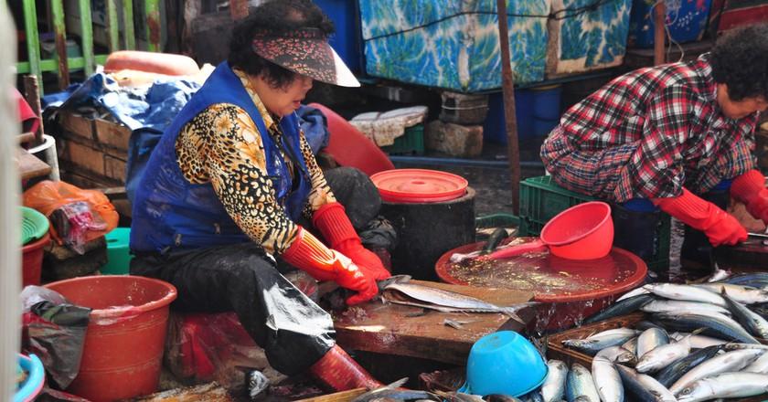 Vendors clean fish at Jalgachi Seafood Market in Busan | © Jordi Sanchez Teruel / Flickr