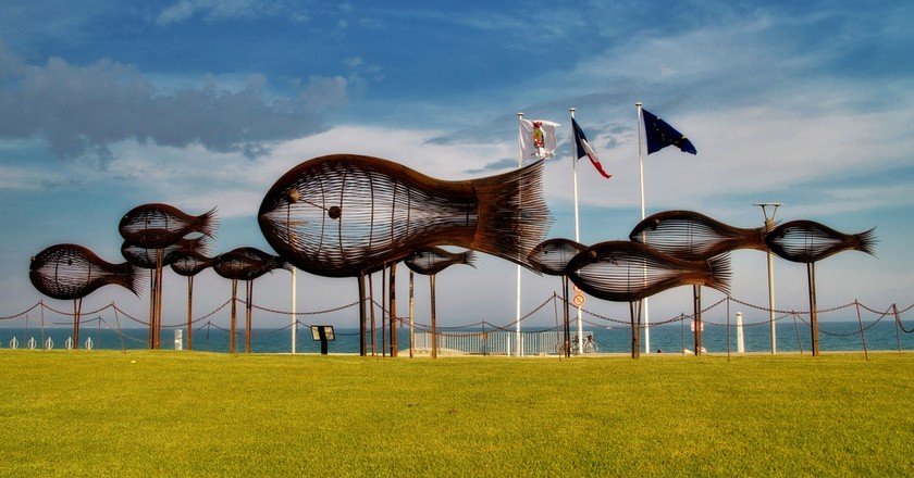 The shoal of fish was first displayed in the port of Cannes in 2006 | © Artur Staszewski/Flickr