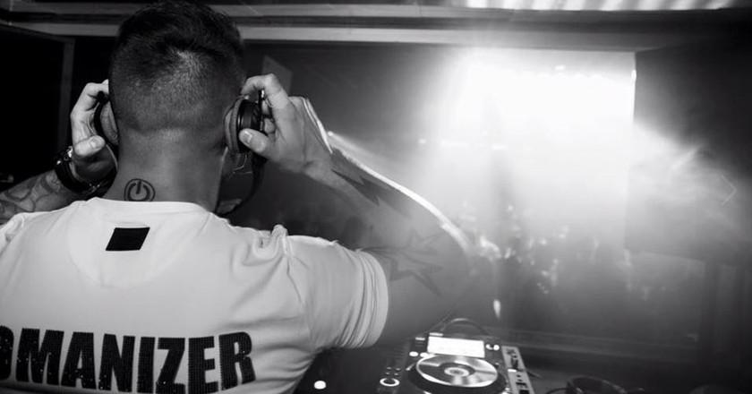 Hugo Sanchez spinning at Boite nightclub in Madrid │©  Hugo Sanchez Official Fansite