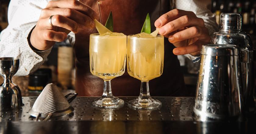 A Barman decorating cocktail with lemon | © Maksim Fesenko/Shutterstock
