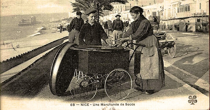 A street vendor selling socca in Nice at the turn of the 20th century | © WikiCommons