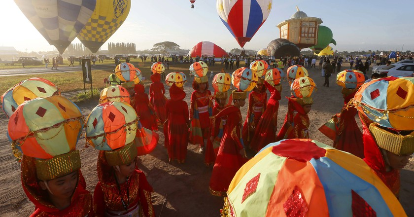Performers wearing hot air balloon costumes as balloonists take off | © Francis R. Malasig/Shutterstock