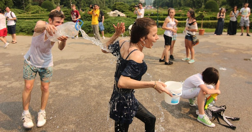 Water fight | © Nikei Bukulei / Flickr