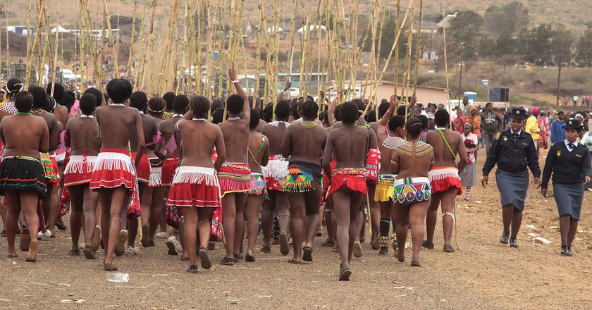 Young Zulu maidens performing the Royal Reed Dance in KwaZulu-Natal, South Africa © Retlaw Snellac/Flickr