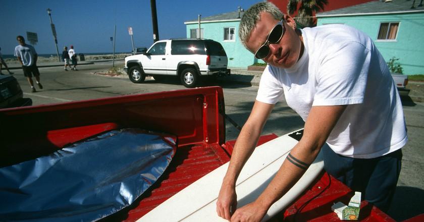 Tom Delonge with a surfboard | © Kerry Key/Flickr