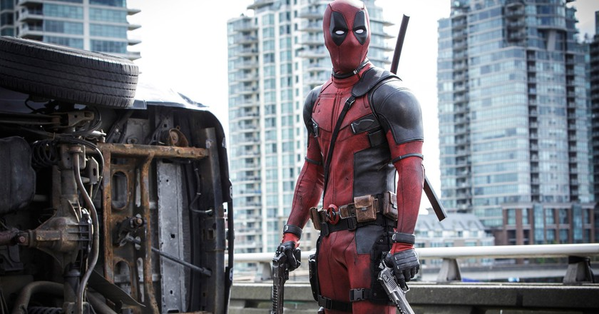 Ryan Reynolds as Deadpool, with a Vancouver backdrop | © Fox Movies