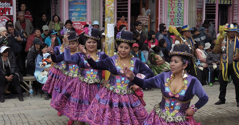 Women from Puno wearing polleras dance at la Fiesta de la Virgen de la Candelaria in Peru|© Ricardo Marconato/Wikipedia