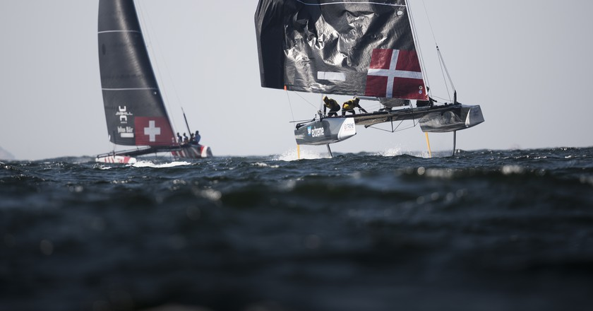 SAP Extreme Sailing Team and Team Tilt compete. | © Red Bull Content Pool