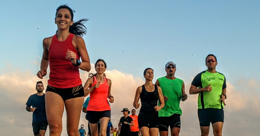 A group of runners at Tel Aviv's Gordon Beach | © Ran Shilon, Endure, Flickr