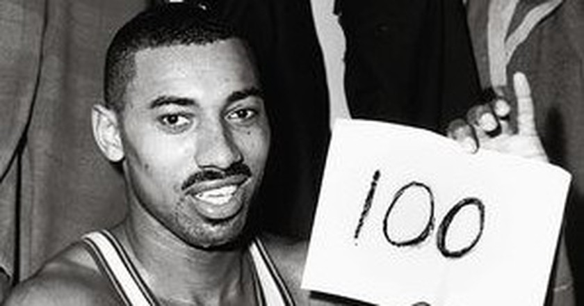 Wilt Chamberlain after scoring 100 points against the Knicks | © Wikipedia