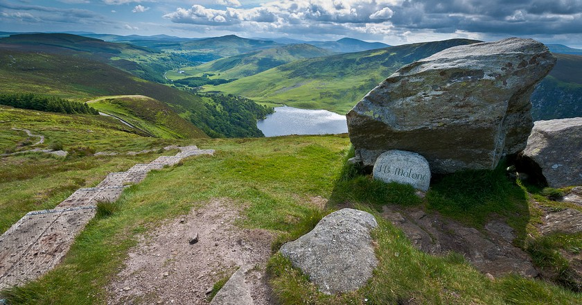 The J. B. Malone memorial overlooking Lough Tay in the Wicklow Mountains National Park | © Joe King / WikiCommons