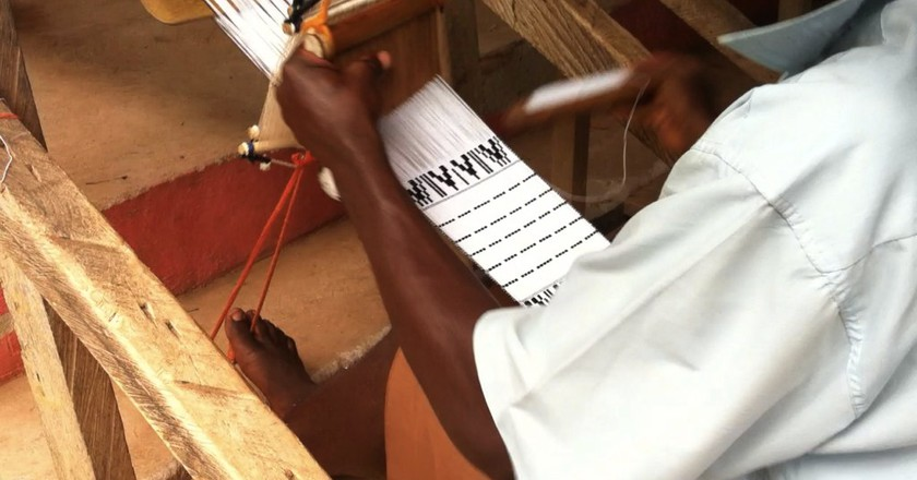 Kente weaver at work, Adanwomase