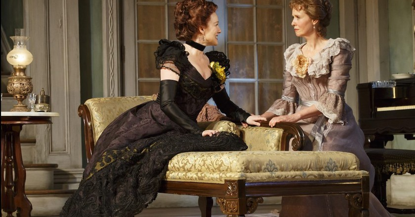 Laura Linney (as Regina) and Cynthia Nixon| © 2017, Joan Marcus