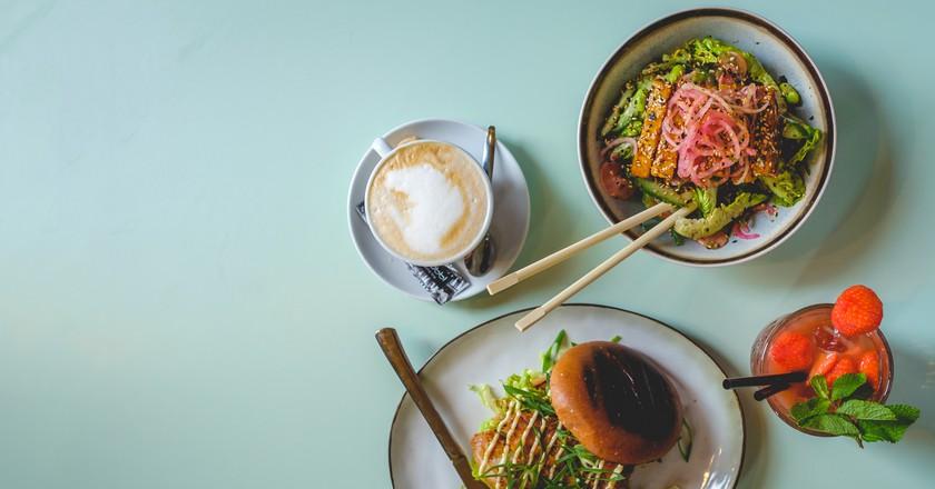A Noodle and burger at TonTon Club | © Thom van Boheemen / TonTon Club