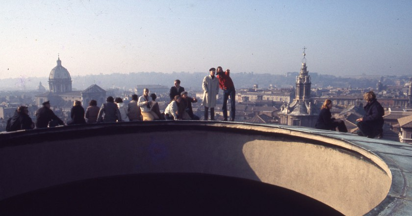 A group admiring Rome from the top of Pantheon, circa 1975 | © Frank Baker Holmes