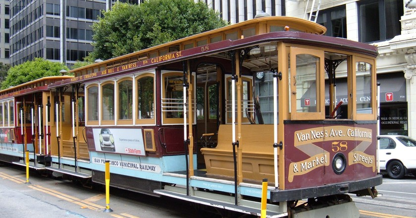 San Francisco cable car no. 58 on California St. |  © BrokenSphere / WikiCommons