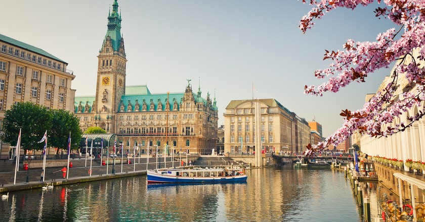 Hamburg townhall and Alster river at spring   © S.Borisov/Shutterstock