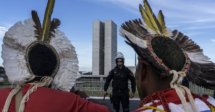 Indigenous activists confronted by police outside Brazil's Congress | © Rogério Assis/Mobilização Nacional Indígena/Flickr