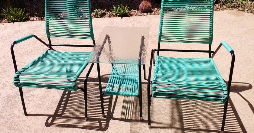 Vintage patio chairs | © Ethan / Flickr