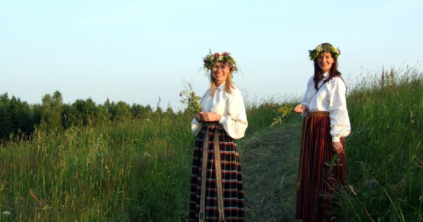 Latvian girls in traditional Midsummer dress | © Dace Kiršpile /Flickr