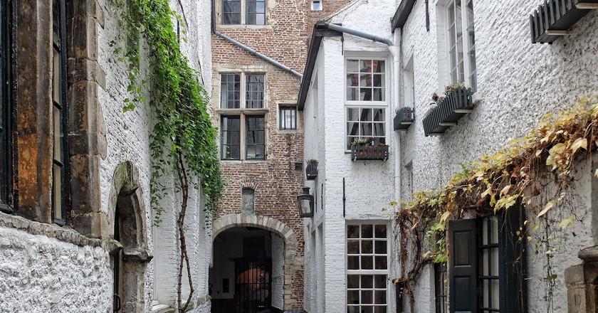 Antwerp's Vlaeykensgang, a hidden medieval alley | © juulzgrand / Pixabay