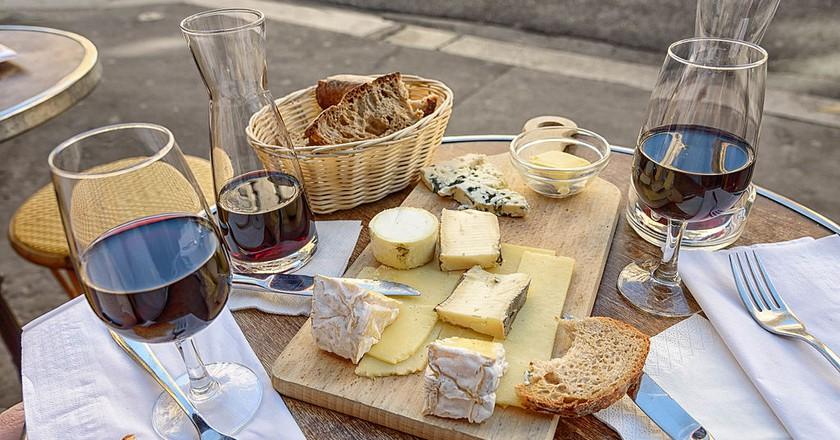 Cheese and wine in Paris │© Joe deSousa / Wikimedia Commons