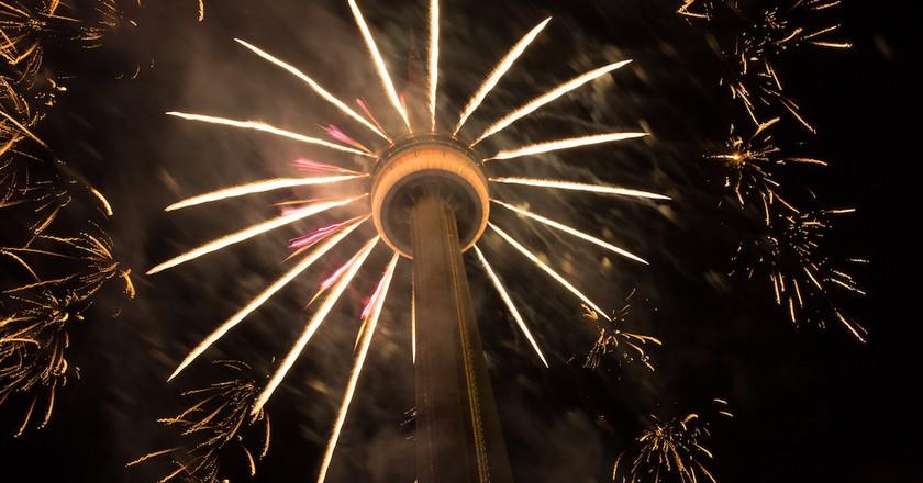 Fireworks at the CN Tower, Toronto   © Tibor Kovacs / Flickr
