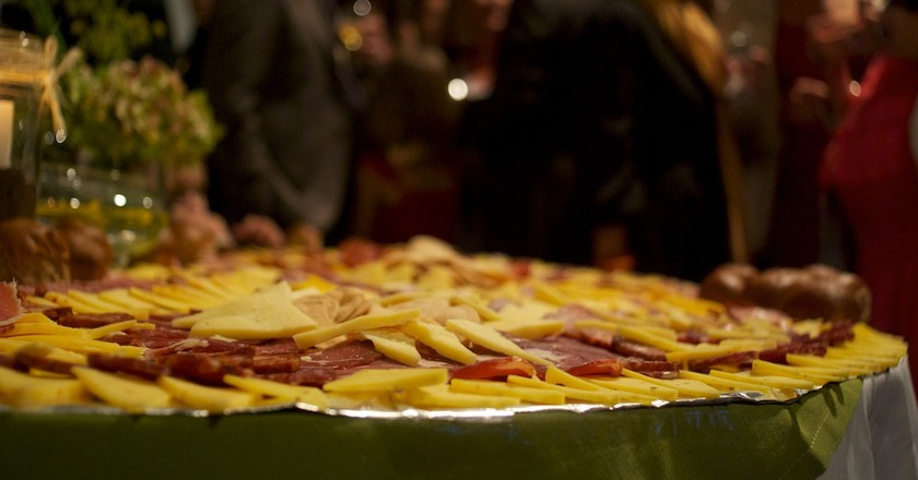 A picada spread being served at a group event in Buenos Aires   © Beatrice Murch / Flickr