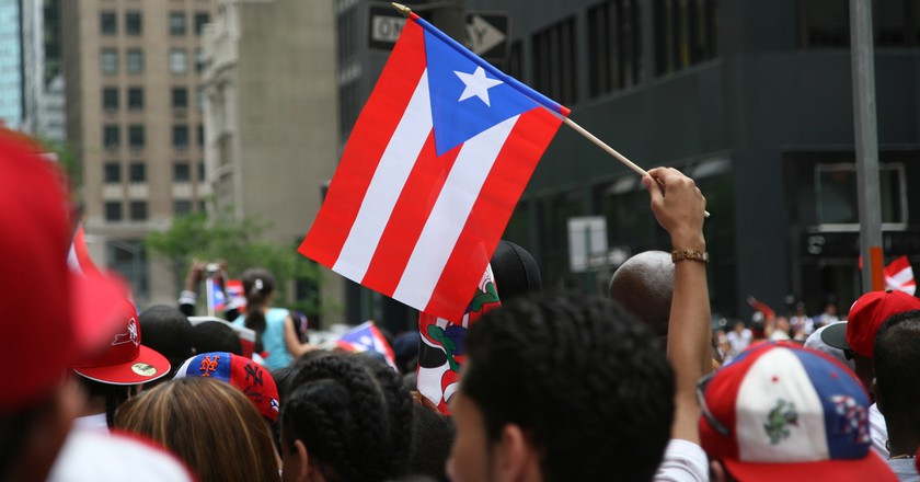 Puerto Rican flag at a parade | © Alex Barth/ Flickr