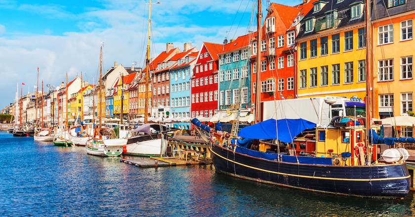 Scenic summer view of Nyhavn pier with colour buildings, ships, yachts and other boats in the Old Town of Copenhagen, Denmark | © Scanrail1 / Shutterstock