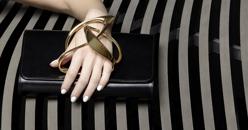 Loop Black clutch © Perrin Paris & ZHA Design