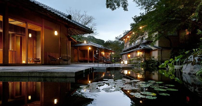 Modern Japanese water garden at a ryokan resort in Kyoto | © Hoshinoya Resorts/WikiCommons