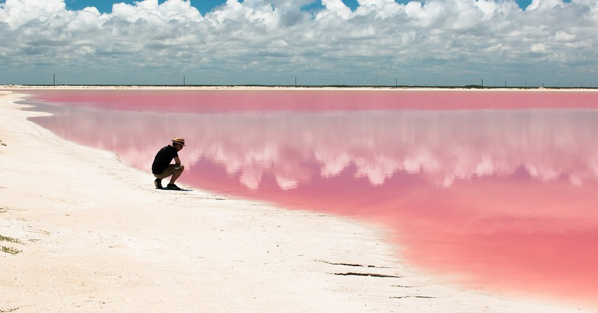 The beautiful pink hued waters of Las Coloradas   © Walter Rodriguez from Helsinki, Finland/WikiCommons