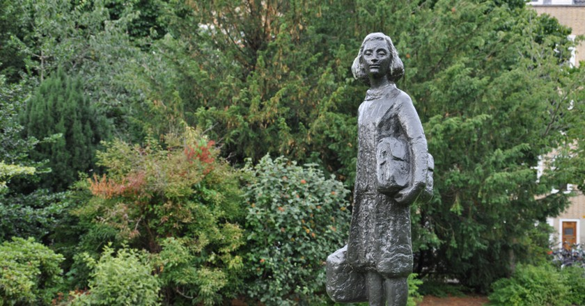 A statue of Anne Frank with her diary on Merwedeplein, Amsterdam | © Gus Maussen / WikiCommons