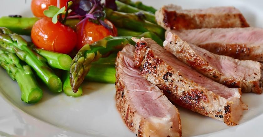 Grilled asparagus and steak | CC0 Public Domain / Pixabay