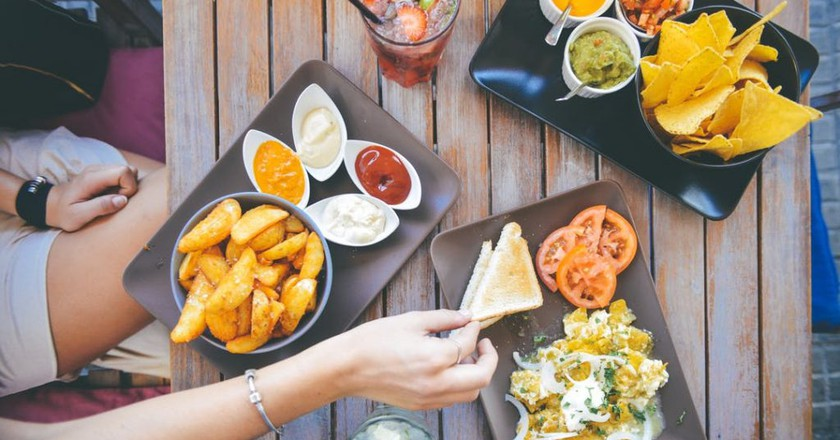 Eating Food and Drinks | © Stokpic / Pexels