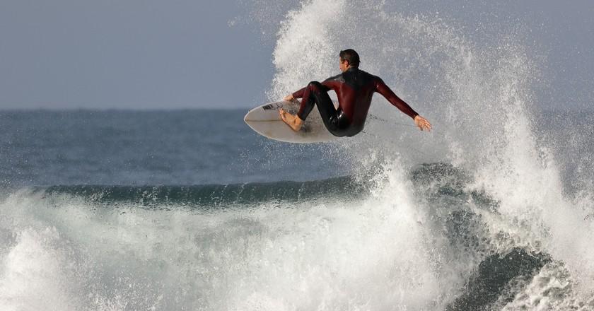 Pro surfer jumping a wave | © Ed Dunans / Flickr
