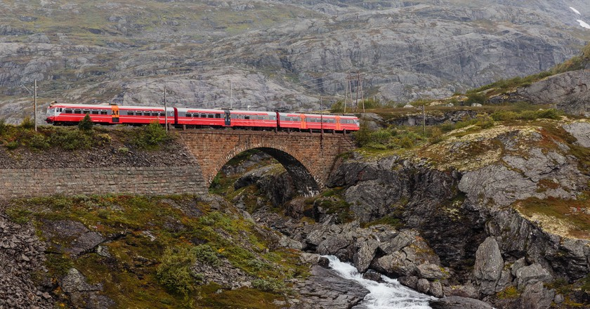 "<a href = ""https://www.flickr.com/photos/28871296@N07/16771591586""> The Bergen-Oslo train crossing a river © Tore Sætre/Flickr"