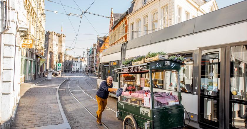Carl Demeestere pushing his cuberdon cart down Ghent streets | © RossHelen / Shutterstock