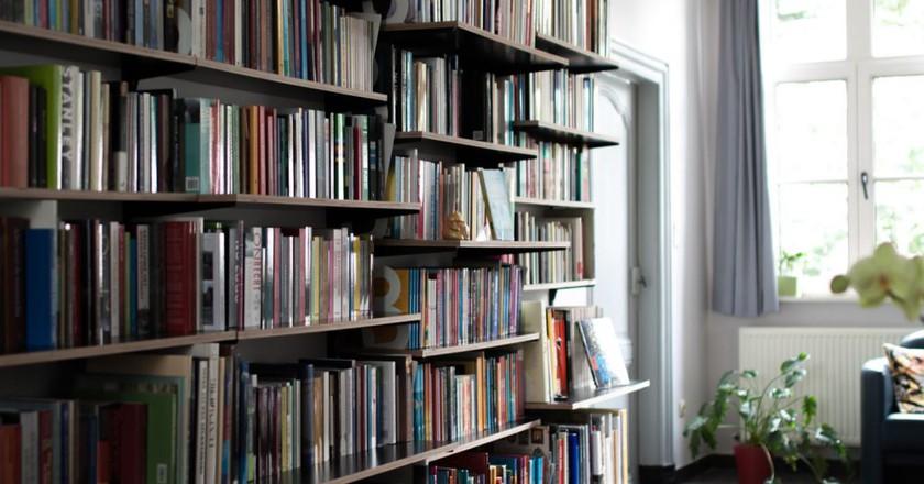 De Kaft, literature hunting in a living room | courtesy of De Kaft