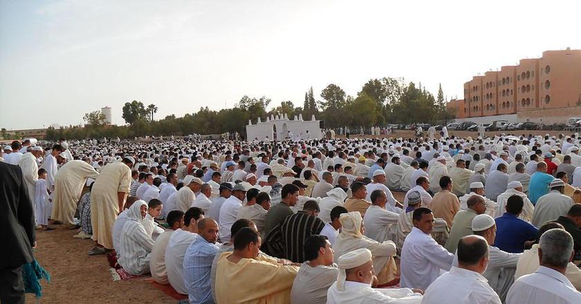 Moroccan men praying at the end of Ramadan |© Wikimedia Commons
