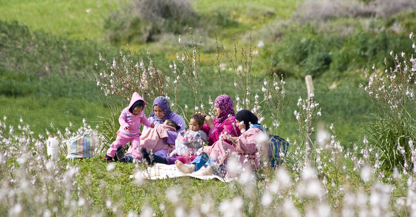 Moroccan women and children enjoying a springtime picnic | © Dimitry B./Flickr