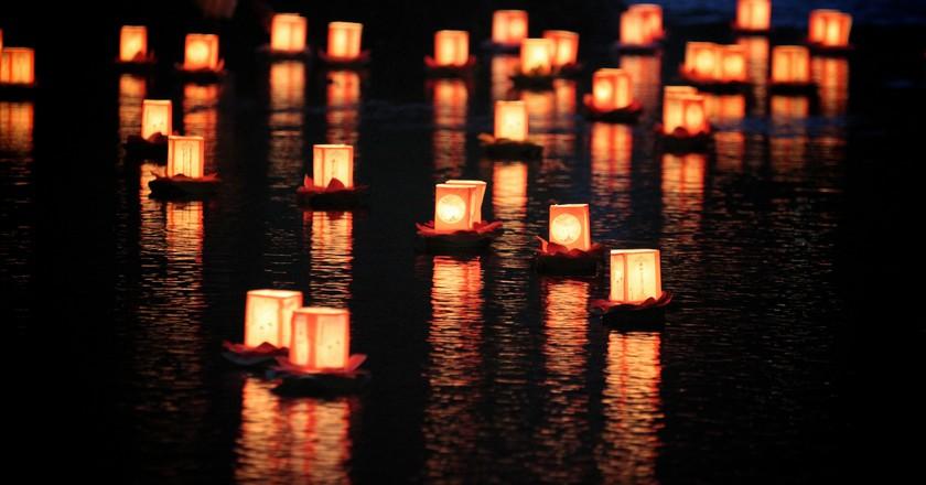 A toro nagashi (lantern floating) in Hokkaido, Japan   © MIKI Yoshihito/Flickr
