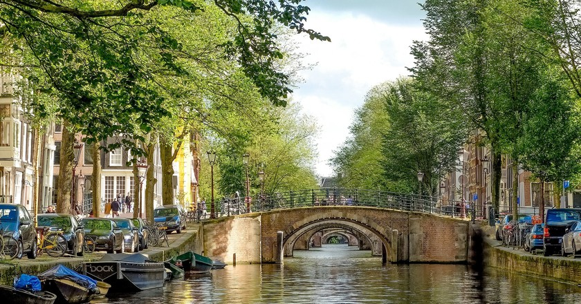 Bridges like this are considered steep in Amsterdam | © pixabay