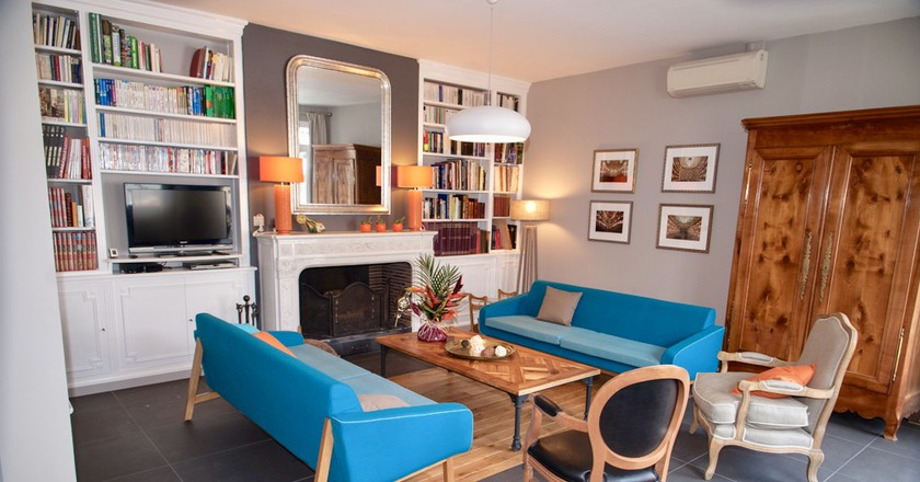 Enjoy the hotel's library: Courtesy of La Villa-Bordeaux Chambres d'Hôtes
