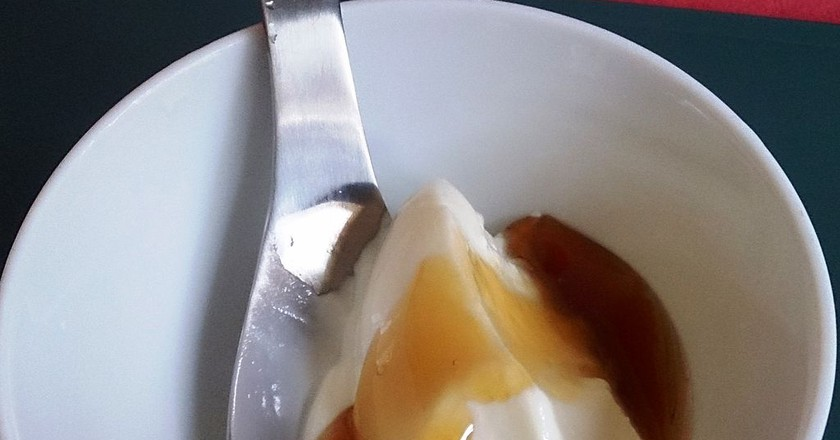 Greek yoghurt topped with honey | © ProjectManhattan / WikiCommons