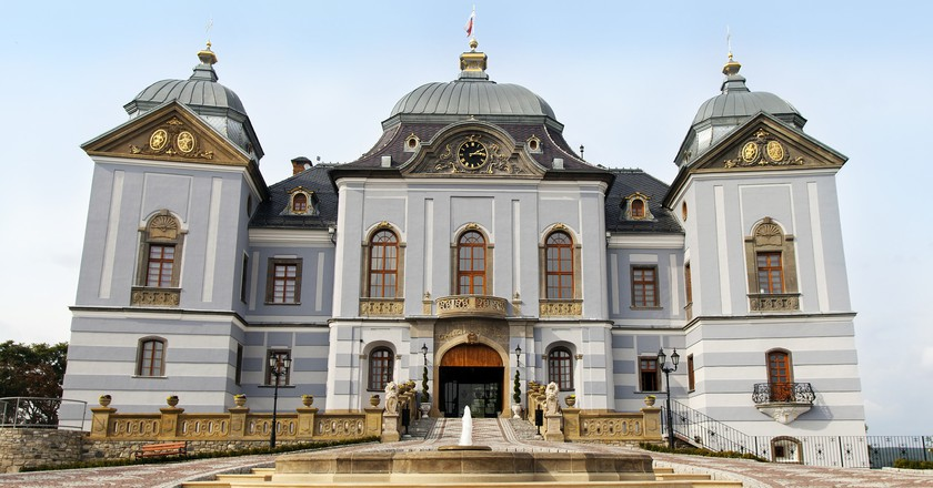 Halic Castle is a decadent and romantic historical building in southern Slovakia, perfect for a fairy tale wedding celebration | © Max Pixel