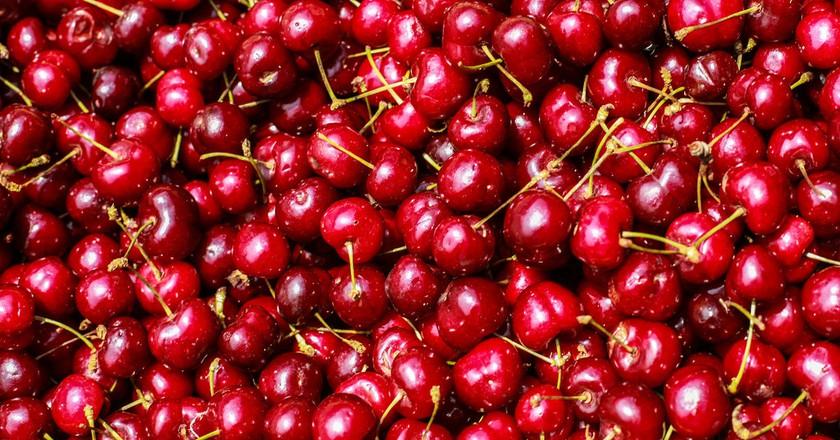 Fresh cherries at the market | © Cristian Bortes/Flickr