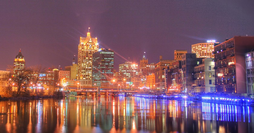 "<a href=""http://www.digitalphotographyhobbyist.com/"" target=""_blank"" rel=""noopener noreferrer"">Milwaukee skyline at night 